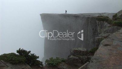 Mensch am Abgrund - Preikestolen (Norwegen) im Nebel (2)