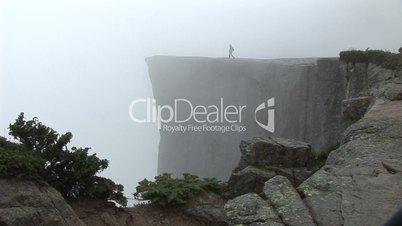 Mensch am Abgrund - Preikestolen (Norwegen) im Nebel