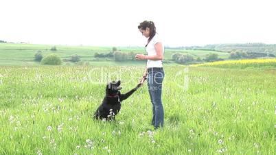 Frau trainiert Hund