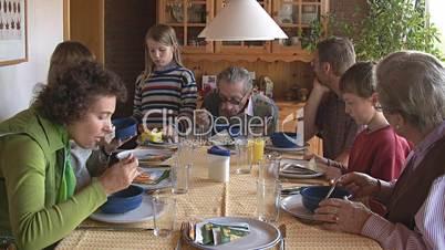 Großfamilie beim gemeinsamem Essen