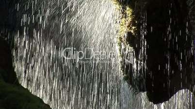 Unter einem Wasserfall