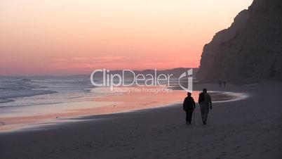 Senioren beim Strandspaziergang