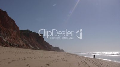 Sandstrand und Felsen an der Algarve