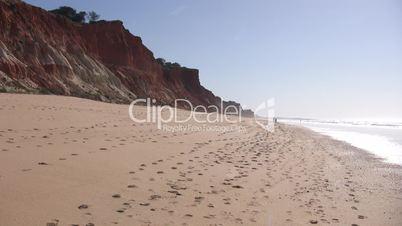 Sandstrand und Felsformationen an der Algarve