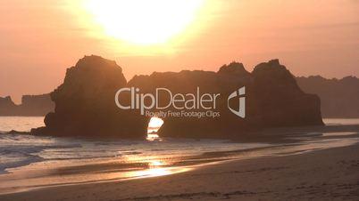 Felsen im Meer bei Sonnenuntergang