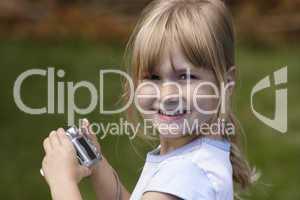 Mädchen mit Digitalkamera 2