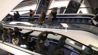 Zeitraffer von Menschen auf Rolltreppe
