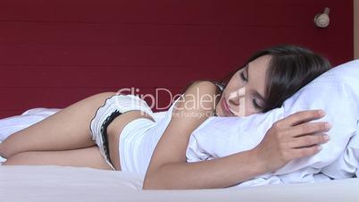 HD1080i Junge hübsche Frau wacht morgens im Bett auf.
