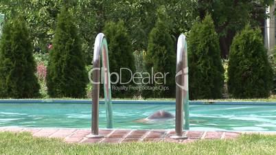 HD1080i Mann im Swimmingpool