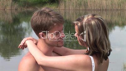 HD1080i Junges Paar küsst sich