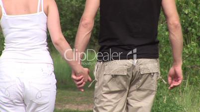 HD1080i Junges Paar geht verliebt im Wald spazieren