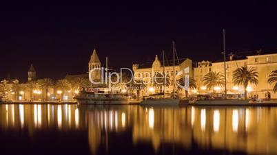 Trogir in Kroatien bei Nacht