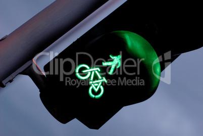 Ampel mit Grün für Fußgänger und Radfahrer
