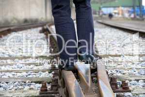Person auf Gleisen