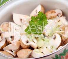 frische pilze im topf
