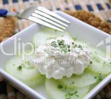 Hüttenkäse mit Gurke