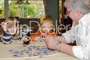 puzzeln mit Opa