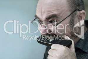 Mann beißt in Telefonhörer