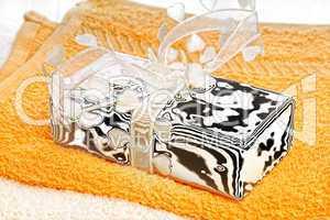 Seife mit Schleife auf Handtüchern
