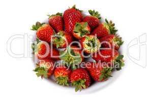 Teller mit Erdbeeren aus Vogelperspektive