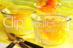 Dessert mit Aprikosen und Gries