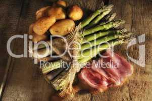 Grüner Spargel mit Kartoffeln und Schinken
