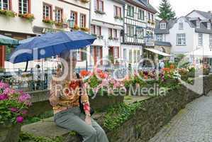 Frau mit Schirm