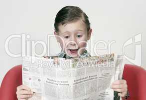 Kind mit Zeitung