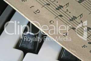 Tastatur und Notenblatt