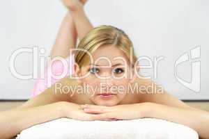 Frau im Wellnessbereich 2