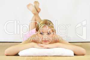 Frau im Wellnessbereich 3