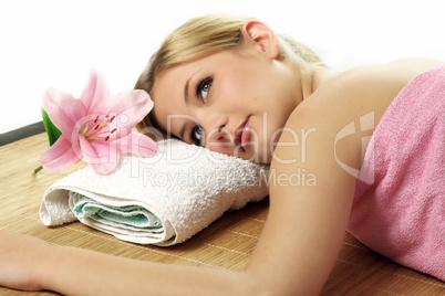 Frau im Wellnessbereich 5