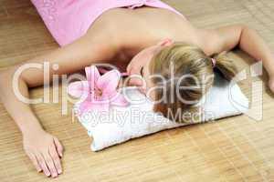 Frau im Wellnessbereich 10