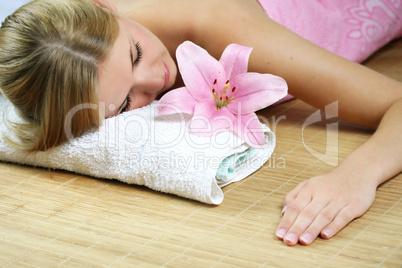 Frau im Wellnessbereich 11