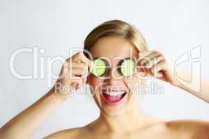Frau mit Gesichtsgurken 3
