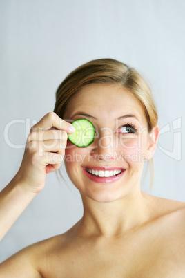 Frau mit Gesichtsgurken 6