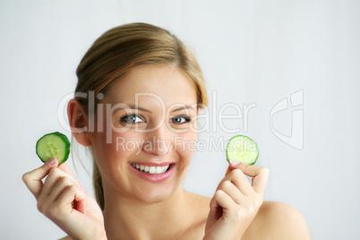 Frau mit Gesichtsgurken 7