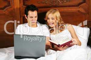 Laptop und Buch im Bett 2