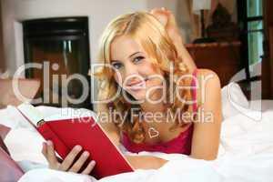 Frau liest im Bett 2