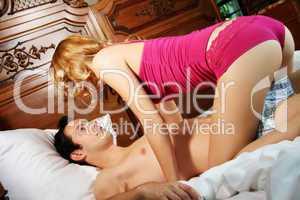 Liebespaar im Schlafzimmer 5