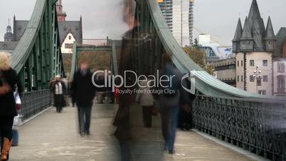 Brücke mit Fußgängern