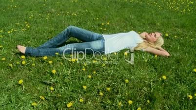 Sexy Frau entspannt auf Wiese