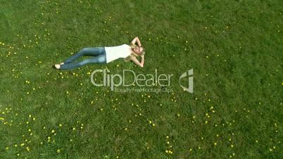 Frau entspannt - Kranfahrt