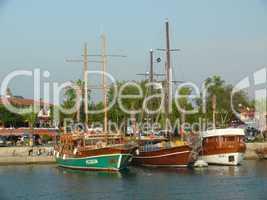 Schiffe im Hafen von Side