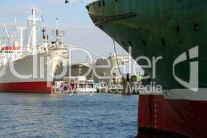 ships in the harbor / Schiffe im Hafen