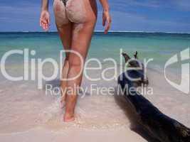 Frau am karibischen Strand