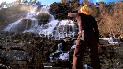 Frau am Wasserfall
