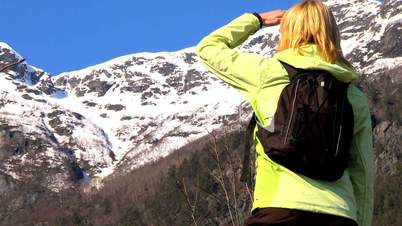 Frau vor dem Berg