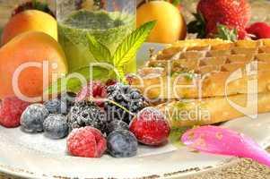 Obst mit Waffel und Pfefferminze