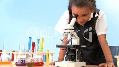 Ein Mädchen und das Mikroskop